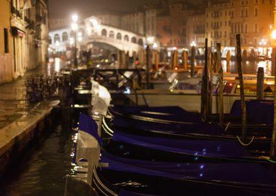 Frau-mit-rotem-Schirm5-57-Uhr-Ponte-di-Rialto-Venezia-2010